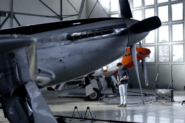 Filmdreh im Hangar: Berstecher meets Chantel McGregor
